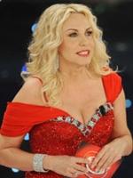 Paolo Bonolis e Luca Laurenti accolgono Antonella Clerici: inizia il Festival di Sanremo 2010